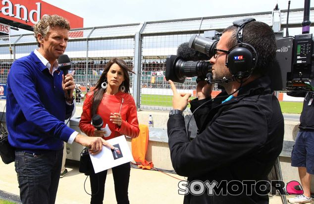 Equipo de TF1 con la mujer de Romain Grosjean, Marion, en Silverstone - SoyMotor.com
