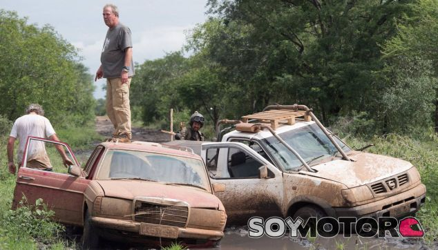 Jeremy Clarkson, James May y Richard Hammond atrapados por el barro en un capítulo de la 'Season Two' - SoyMotor