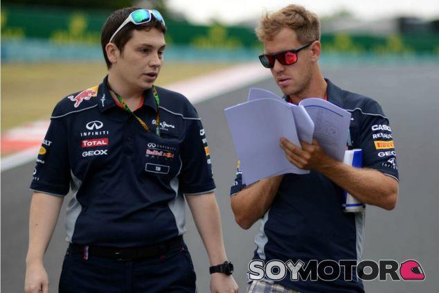 Tim Malyon en su etapa en Red Bull con Sebastian Vettel - LaF1