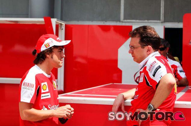 Fernando Alonso y Nikolas Tombazis en Sepang - SoyMotor.com