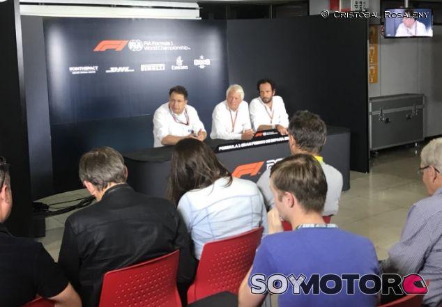 Nikolas Tombazis, Charlie Whiting y Matteo Bonciani en Barcelona - SoyMotor.com