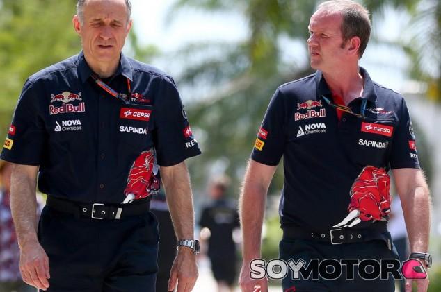 Franz Tost caminando por el circuito de Sepang - Laf1.es