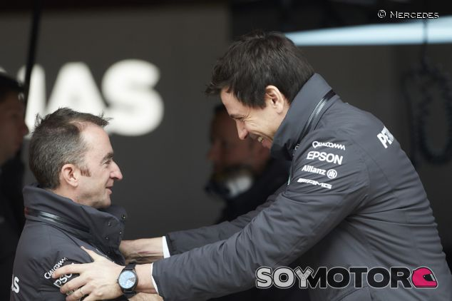 Toto Wolff bromeando con Paddy Lowe - LaF1.es
