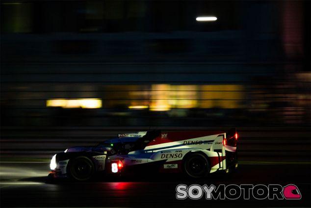 El Toyota TS050 8 en la noche de Le Mans - SoyMotor