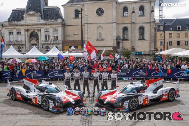 Alonso ya está en Le Mans: baño de masas y verificaciones técnicas - SoyMotor