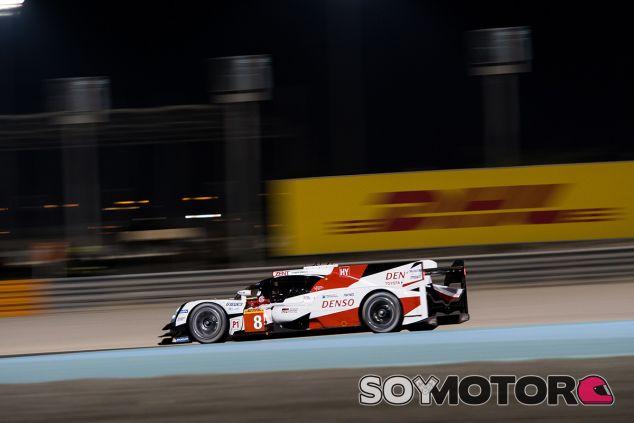 El Toyota #8 rodando bajo los focos de Barein - SoyMotor