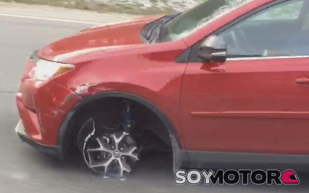 Un Toyota Rav4 sin neumático por la autopista - SoyMotor.com