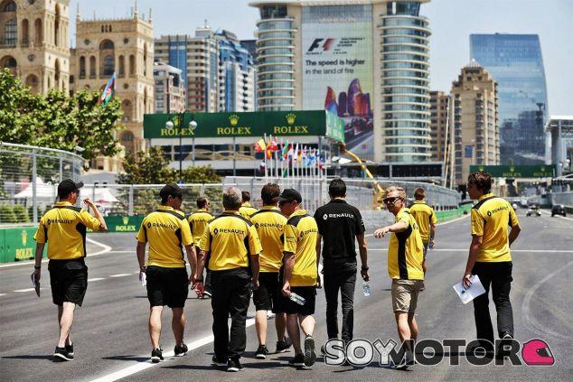Track-walk del equipo Renault en Bakú - LaF1