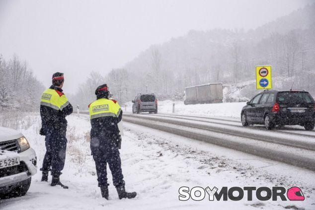 Policías ante las nevadas en carreteras españolas –SoyMotor.com