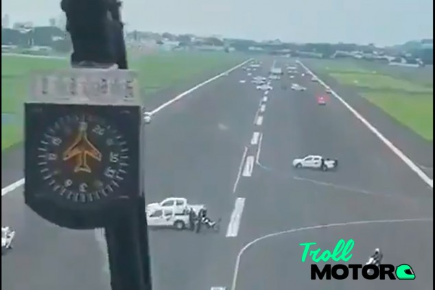 Bloquean un aeropuerto con coches para impedir el aterrizaje de un vuelo de España - SoyMotor.com