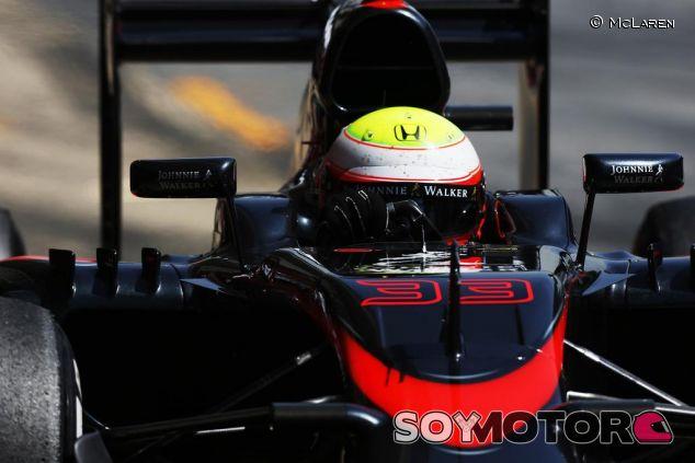 Oliver Turvey con el MP4-30 en el primer día de test en Barcelona - LaF1