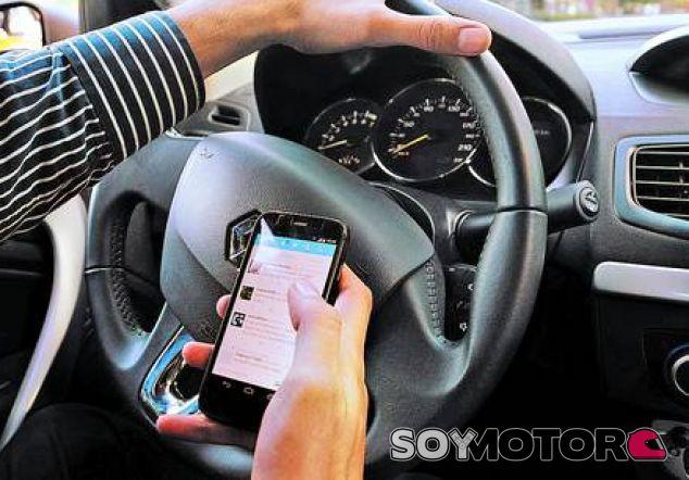 El 8% de los conductores usa redes sociales al volante - SoyMotor.com