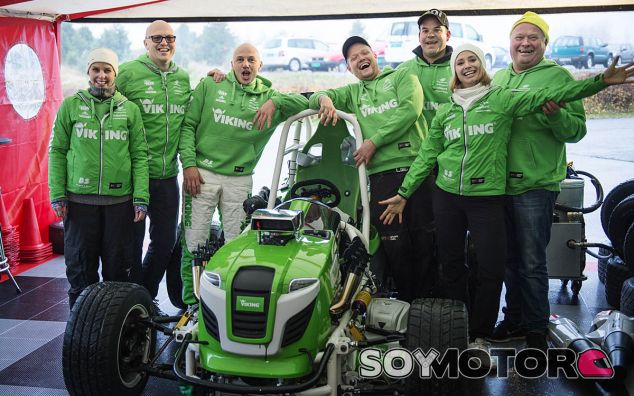 Foto de familia del equipo Viking, cortacésped incluido - SoyMotor