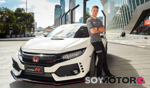 Stoffel Vandoorne junto al Honda Civic Type R 2017 - SoyMotor.com