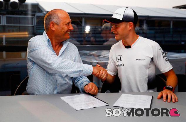 Stoffel Vandoorne estrecha la mano a Ron Dennis tras la firma de su nuevo contrato - LaF1