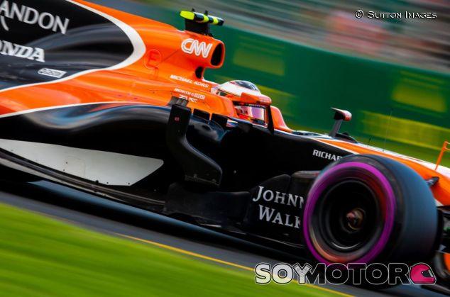 El logotipo se puede ver debajo del patrocinio de Michael Kors, al lado del casco del piloto - SoyMotor