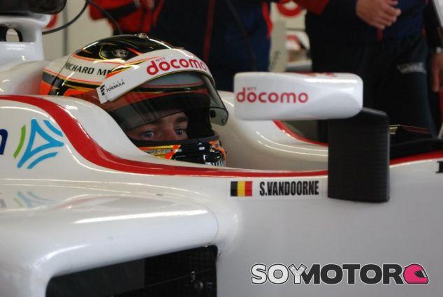 Vandoorne subido en el monoplaza del equipo Docomo Team Dandelion - LaF1