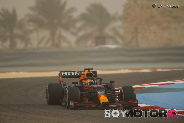Verstappen reina en la tormenta de arena; Mercedes sufre