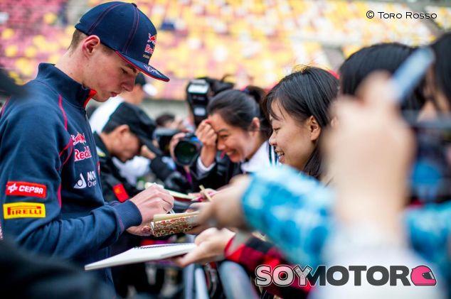 Max Verstappen firmando autógrafos a aficionados chinos - LaF1