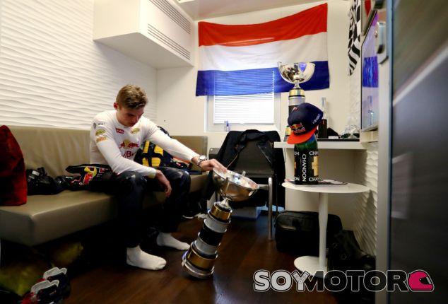 Max Verstappen estudia el trofeo de vencedor del GP de España - LaF1