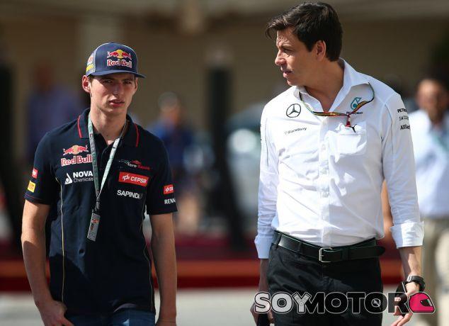 Max Verstappen y Toto Wolff caminan por el paddock - LaF1.es