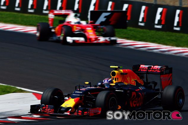 Verstappen volvió a realizar agresivos movimientos para defender su posición - LaF1