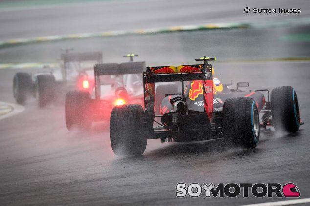 Verstappen persigue a los dos Mercedes en Brasil - SoyMotor