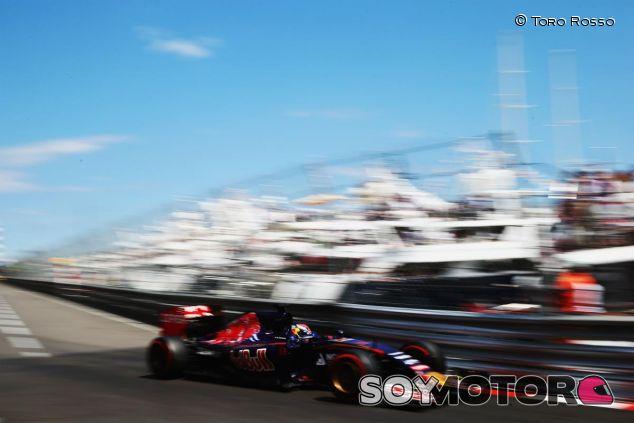 Max Verstappen pasando por Tabac con el Toro Rosso - LaF1