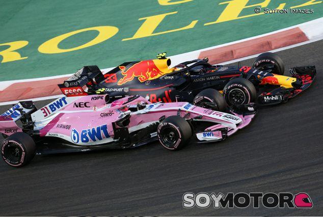 Max Verstappen y Esteban Ocon en Yas Marina - SoyMotor.com