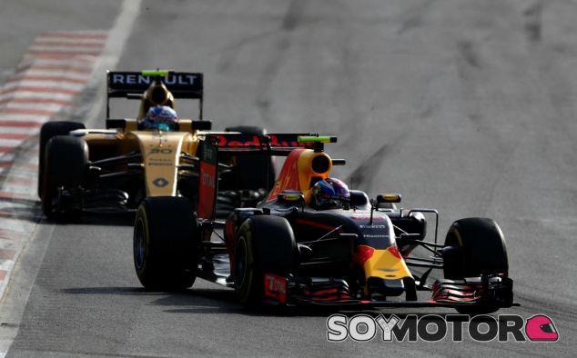 Verstappen y Palmer durante el GP de Europa - SoyMotor