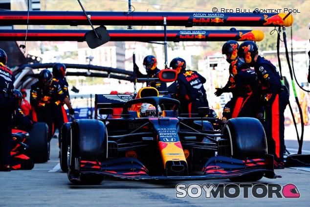 Red Bull no tiene rival en boxes: récord de temporada en Rusia - SoyMotor.com