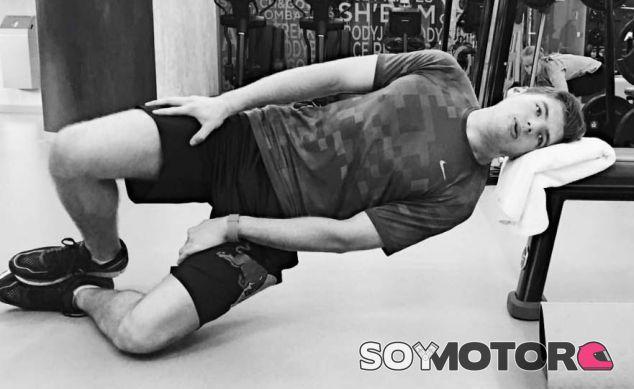 Max Verstappen entrena los músculos del cuello - SoyMotor
