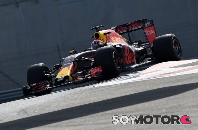 Max Verstappen en el test post temporada en Abu Dabi con los neumáticos de 2017 - SoyMotor