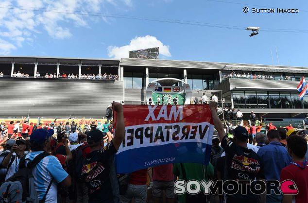 Aficionados de Max Verstappen en el podio del GP de Bélgica - SoyMotor