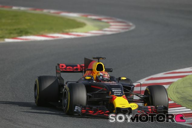 Verstappen, satisfecho con el RB13 en su primer día de test - SoyMotor