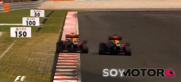 Ricciardo (izquierda) y Verstappen (derecha) luchan en Malasia - LaF1