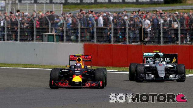 Verstappen luchó durante toda la carrera con Rosberg - LaF1