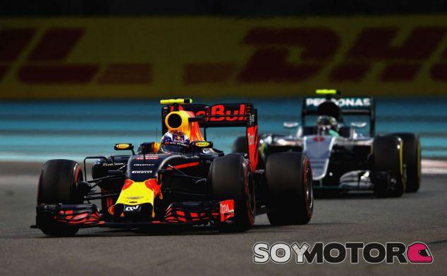 Verstappen y Rosberg, instantes antes del ataque del alemán - LaF1