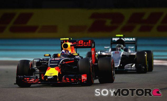 Verstappen y Rosberg durante el GP de Abu Dabi 2016 - SoyMotor