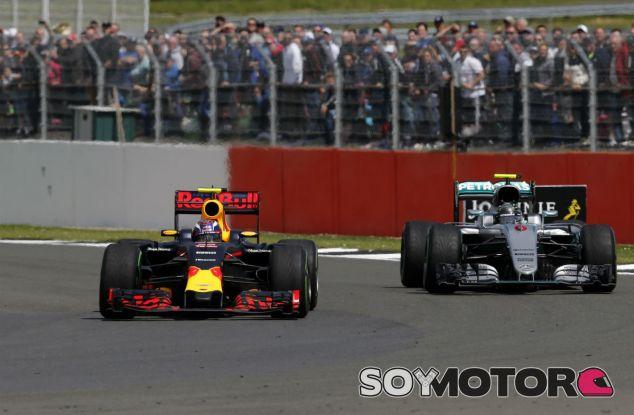 Verstappen y Rosberg durante un Gran Premio de 2016 - SoyMotor