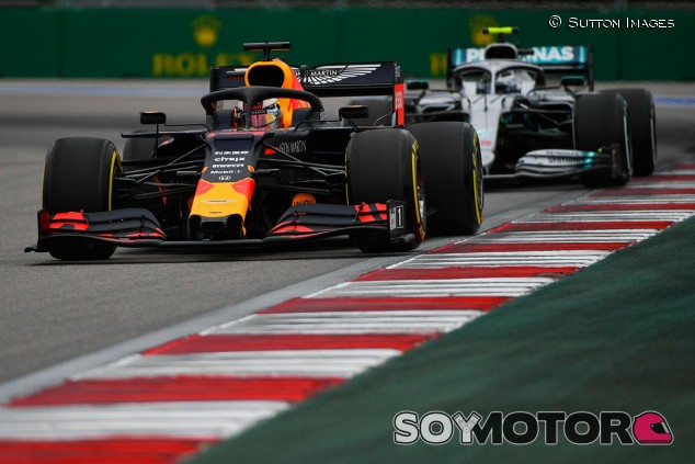 Max Verstappen y Valtteri Bottas en el GP de Rusia F1 2019 - SoyMotor.com