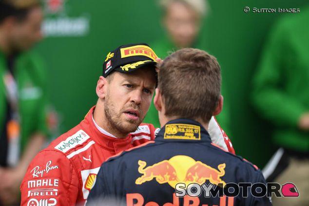 Sebastian Vettel y Max Verstappen en una imagen de archivo - SoyMotor