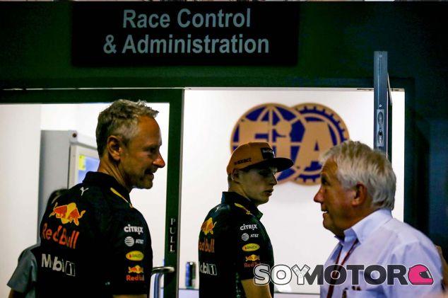 Max Verstappen y Charlie Whiting en Marina Bay - SoyMotor.com