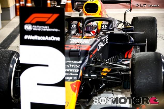 La FIA exigió a Verstappen devolver la posición antes de volver a pista - SoyMotor.com