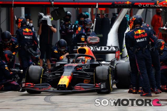 """Red Bull 'justifica' la parada lenta de Verstappen: """"No estábamos listos"""" - SoyMotor.com"""