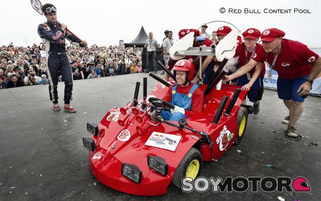 Vettel disfrazado de Super Mario en el Red Bull Soapbox Race
