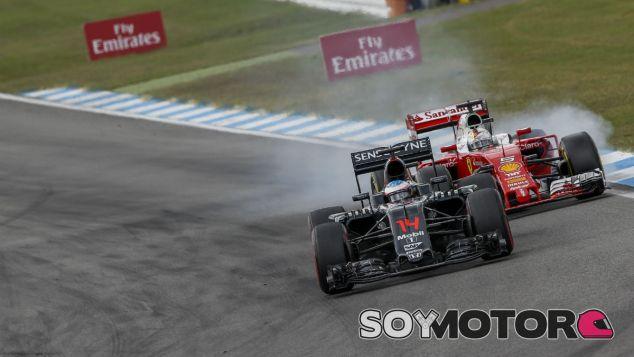 Vettel y Alonso durante el Gran Premio de Alemania 2016 - SoyMotor