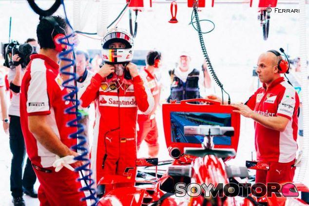 Sebastian Vettel en el box de Ferrari en Baréin - LaF1