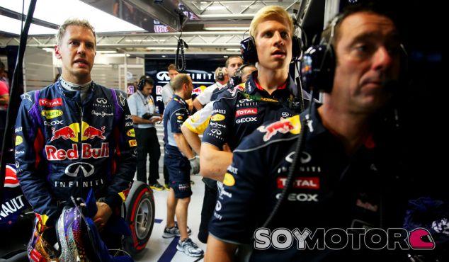 Sebastian Vettel espera en el box a ver los resultados de la Q3 - LaF1