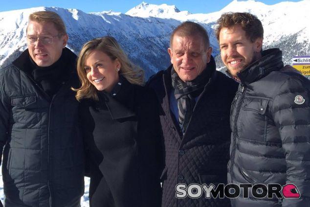 Sebastian Vettel con Mika Häkkinen, Susie Wolff y Aki Hintsa, en Davos - LaF1